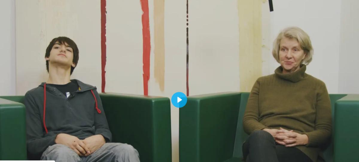 Teaserbild zur Inclusion Journey  Eingeschränkte Mobilität: Linus und Renate sitzen in Sesseln
