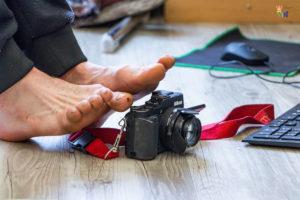 Sven Kocar fotografiert mit den Füßen.