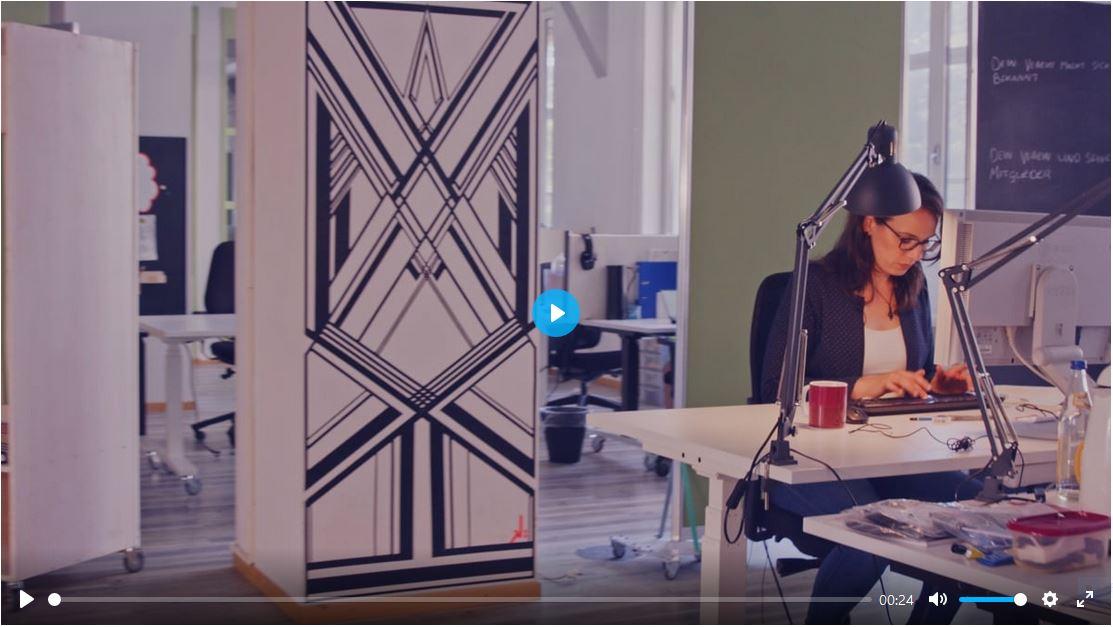 Teaserbild zur Inclusion Journey Schwerhörigkeit: eine Person sitzt am ihrem Schreibtisch