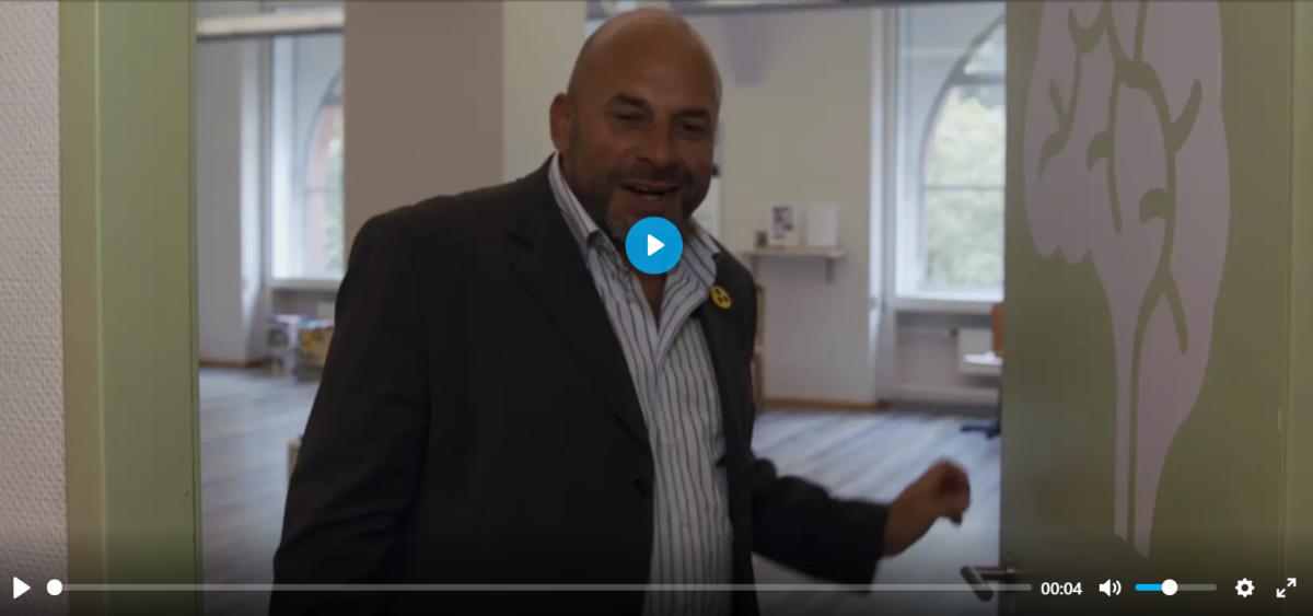 Erich öffnet die Tür. Teaserbild Inclusion Journey Sehbehinderung
