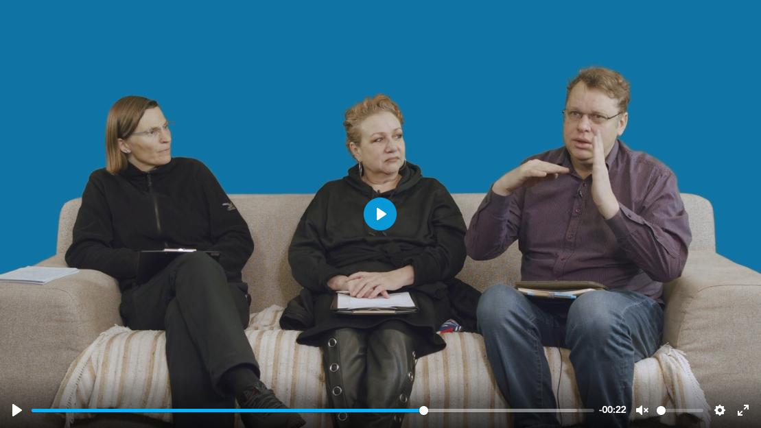 Teaserbild WayIn Inklusion Journey Depression Martina, Karin und Jörg sitzend auf einem Sofa vor einer blauen Wand